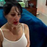 Image Surpriza cu muie oferita de femeie matura in maieu decoltat