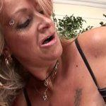 Image La 54 de ani e angajata la patron si face sex in pizda matura in dressing