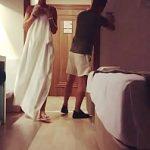 Image Baiatu negru de la room service filmeaza o actrita goala in dus