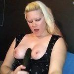 Image Blonda milfa nebunatica foloseste un dildo pe baterii pentru masturbare