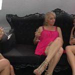 Image Trei femei mature lesbiene beau sampanie si se masturbeaza in grup pe canapea de piele