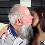 Image Fata tanara frumoasa de 19 ani penetrata de unchiul barbos cu pula mare