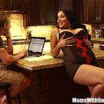 Image Kiara Mia face pe menajera si vrea sex cu fiul patronului in bucatarie