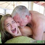 Image Fata blonda tanara fututa de un batran care adora oralul adanc