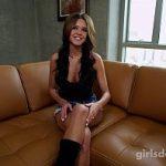 Image Fata model din Colorado se masturbeaza pe canapeaua din gradina