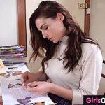 Image Eleva plictisita isi provoaca orgasm pe scaun cu degetele si dildo roz