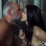 Image Tanara nepoata de 18 ani se masturba si vrea sex cu unchiul viril