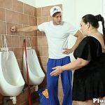 Image Baiat de servici cu pula mare futut in toaleta de o grasa obsedata