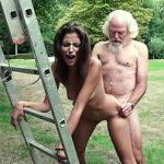 Image Bruneta fututa in aer liber de un batran care ejaculeaza pe corpul ei