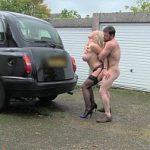 Image Barbat bine fute o blonda excitata care vrea sex in masina