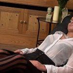 Image Bruneta starleta porno se fute pe scaun de birou si lesina de placere