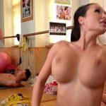 Image Sex pe minge de gimnastica cu antrenoare luata la pula de doi culturisti