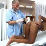 Image Isabelle examinata si masturbata de ginecolog batran