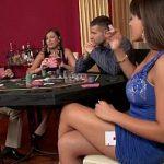 Image In casino femeile frumoase si-o trag pe bani cu barbati virili