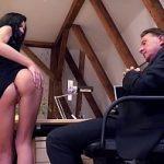 Image July Sun este o angajata tanara care se fute la birou cu barbat matur