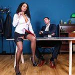 Image Secretara bruneta creata cu silicoane face muie din genunchi si se fute imbracata
