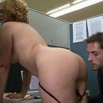 Image Secretara Ava Rose sex pe scaun de birou pentru o majorare de salariu