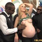 Image Blonda gravida fututa in grup de negrii cu pule mari si suge pula