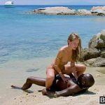 Image Super negru cu muschi fute la malul marii o blonda turista