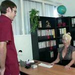 Image Femeie matura la birou ajuta virgin de 17 ani sa faca sex