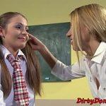 Image La scoala doua eleve lesbiene perverse se masturbeaza pe banca