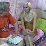 Image Blonda tanara inocenta de 17 ani iubita de bunicul cu pula erecta