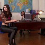 Image Director fute pe birou pe gagica si pe secretara