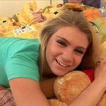 Image Sexy tanara blonda goala in dormitor cu dildo in vagin