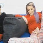 Image Simona face videochat cu mama ei batrana