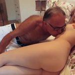 Image Blonda de 18 ani face sex cu un mos libidinos