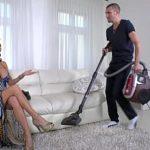 Image Bruneta milfa fututa bestial de baiatul care face curat in casa