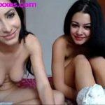 Image Doua surori brunete romance pe videochat cu degetul in cur
