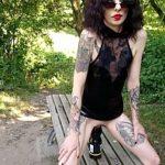 Image O rockerita tarfa cu tatuaje se masturbeaza in parc cu dildo