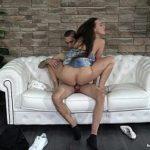 Image Futai pe o canapea cu o bruneta care vrea multa pula