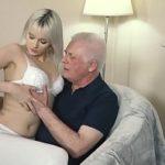 Image Blonda tanara doctorita sex la domiciliu cu mos dotat