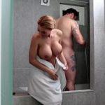 Image Sotia ii suge pula la dus si primeste sperma pe corp