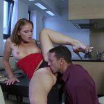 Image Sex pe masa cu secretara flexibila excitata de la masturbare