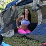 Image Cuplu in camping fac sex filmat cu telefonul