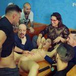 Image BDSM cu sclava romanca in bar de barbati dotati