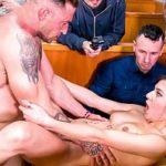 Image Anya fututa brutal in restaurant de grup de barbati