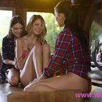 Image Trei lesbiene fac sex la munte in cabana