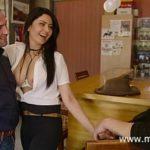 Image Sotia infidela la bar face sex cu doi barbati