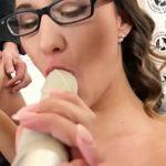 Image Naomi suge dildo si face sex cu iubitul dotat