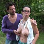 Image Matura face sex in padure pe bani cu tanar excitat