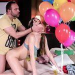 Image Implineste 18 ani si e fututa printre baloane de iubitu cu pula mare