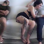 Image Sotu doarme langa ea pe canapea si tarfa suge pula unui amic