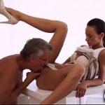 Image Liliana asistenta la birou penetrata de sef matur