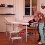 Image Doctor isi fute pacienta cu silicoane si ejaculeaza intre sani