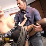 Image Face sex imbracat la birou cu secretara excitata