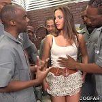 Image Mecanici negrii dau muie unei cliente care inghite toata sperma
